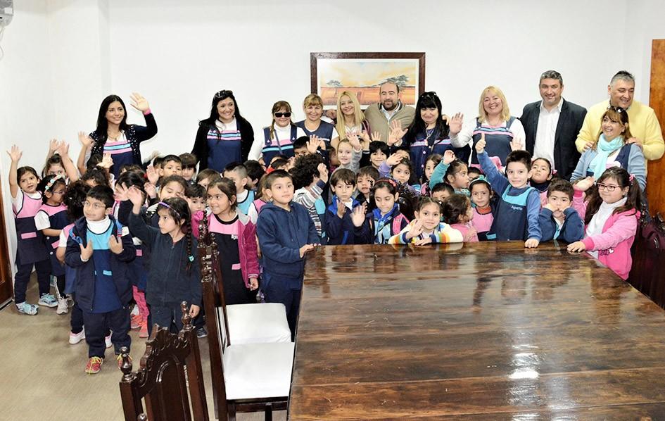 El intendente Mirolo recibió la visita de un jardín de infantes capitalino