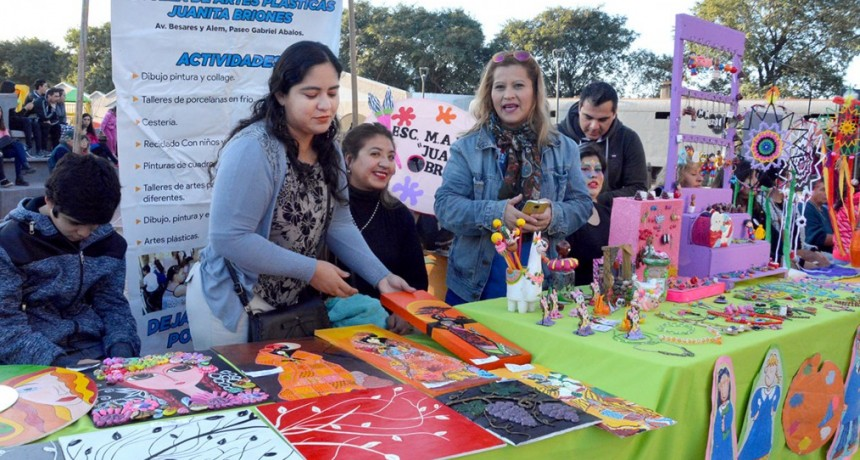 Muestra Cultural de Talleres convocó a gran cantidad de artistas y vecinos en la Plaza Mauricio Rojas