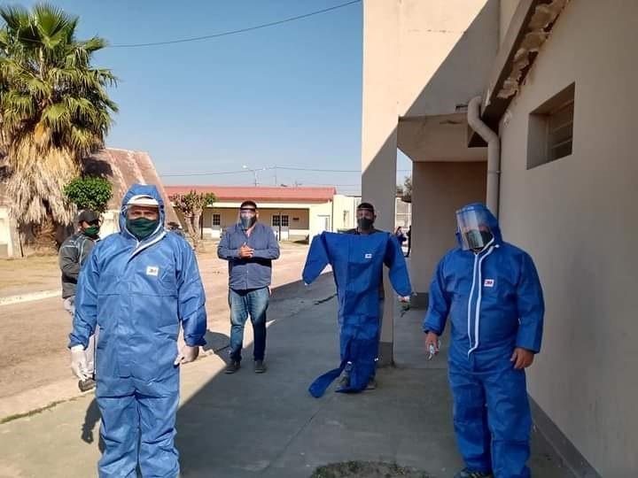 Se entregaron trajes de bioseguridad a empleados del Cementerio La Misericordia