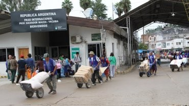 Por la devaluación del peso, los bolivianos cruzan a comprar