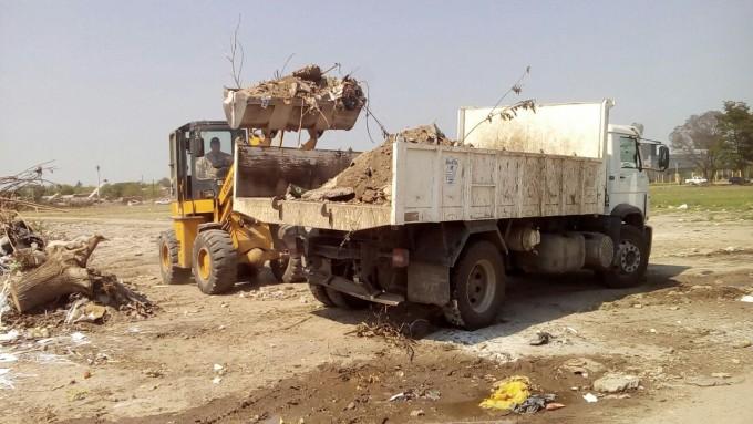 La comuna realiza intensos trabajos para erradicar un basural en Dean Funes y Autopista