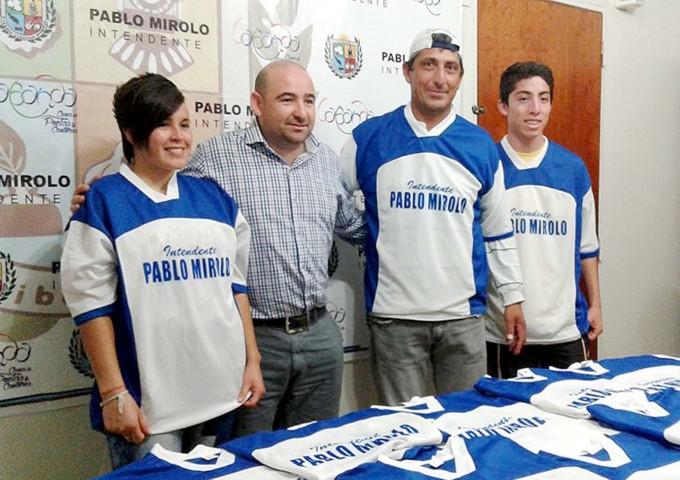 El Intendente Mirolo entregó camisetas al equipo de fútbol femenino del Club Belgrano