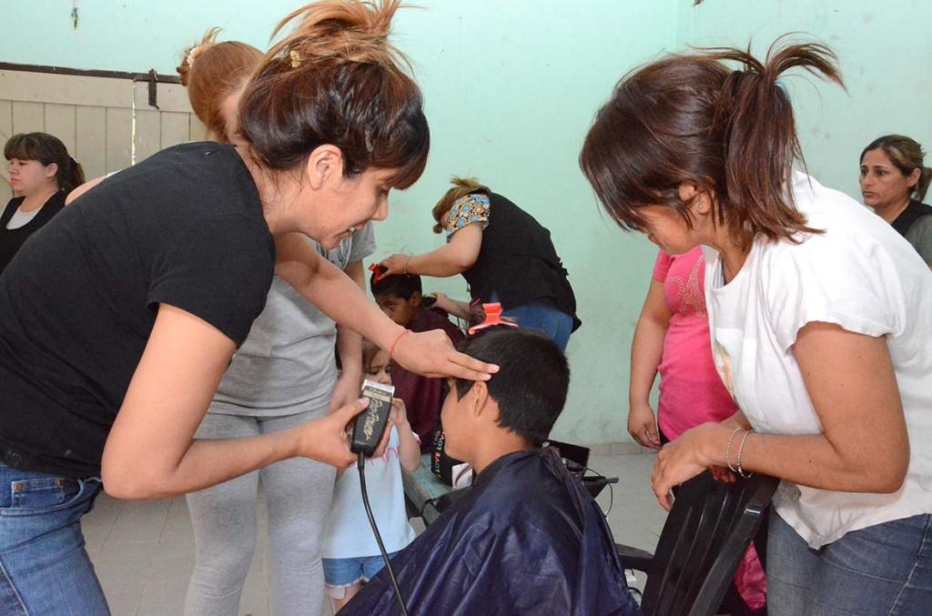 Se brindó un servicio de peluquería gratuita en el barrio Villa Griselda