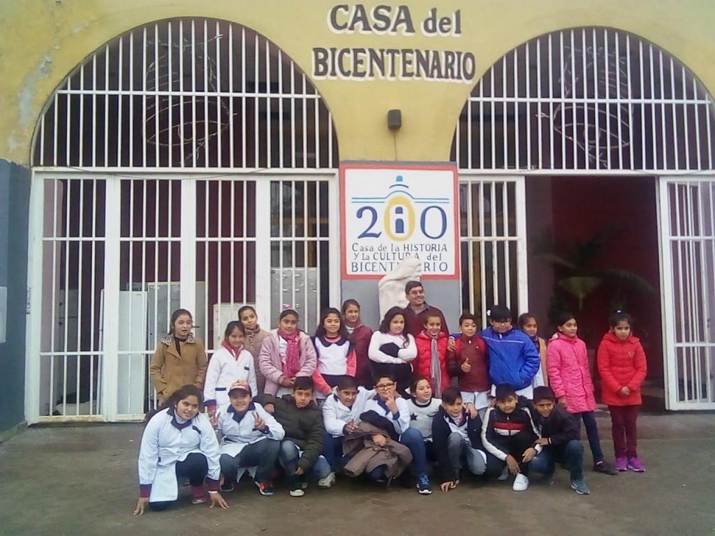 Alumnos de una escuela de Tintina visitaron lugares emblemáticos de La Banda