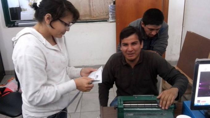 Jóvenes invidentes apelan al sistema braille para prestar servicios en la comuna