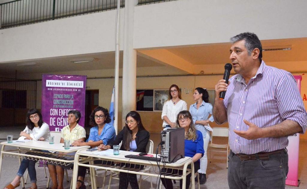 El municipio realizó una charla sobre violencia de género y femicidio en el Cens N°4