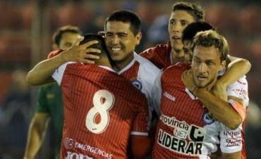 Con Riquelme, Argentinos ganó y se acercó al ascenso a Primera