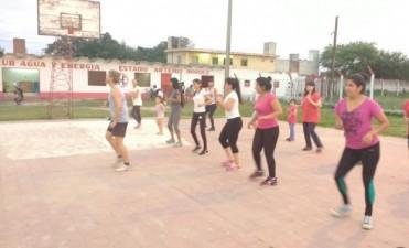 La comuna dicta clases gratuitas de ritmos latinos en el Club Agua y Energía