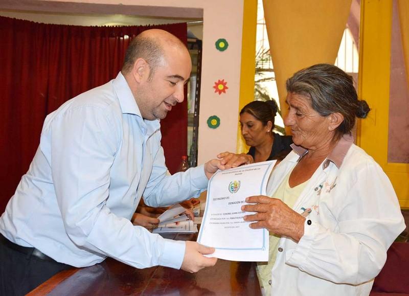 En vísperas de Navidad el intendente Mirolo llevó felicidad a 50 familias del barrio Sarmiento que recibieron sus escrituras