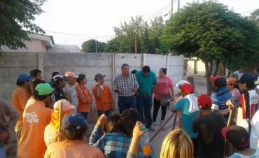 Vecinos y obreros municipales trabajaron juntos en la limpieza del barrio Paraíso