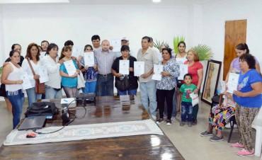 Mirolo finalizó el año con la entrega de escrituras a más familias  del barrio Sarmiento
