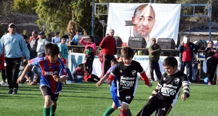 Las mujeres y los niños siguen atrapando al público con sus partidos de fútbol
